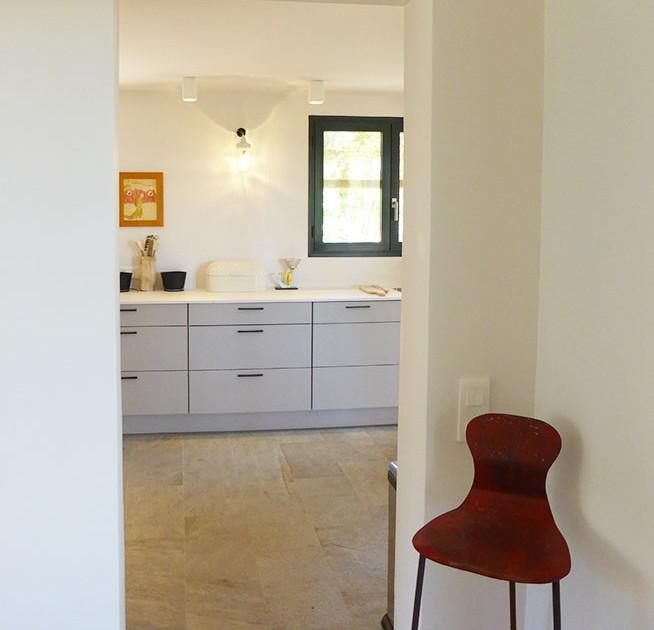 Calitu : vue sur la cuisine depuis le couloir