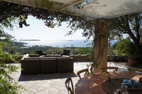 Capu Di Monti : terrasse et salon d'été avec vue sur mer