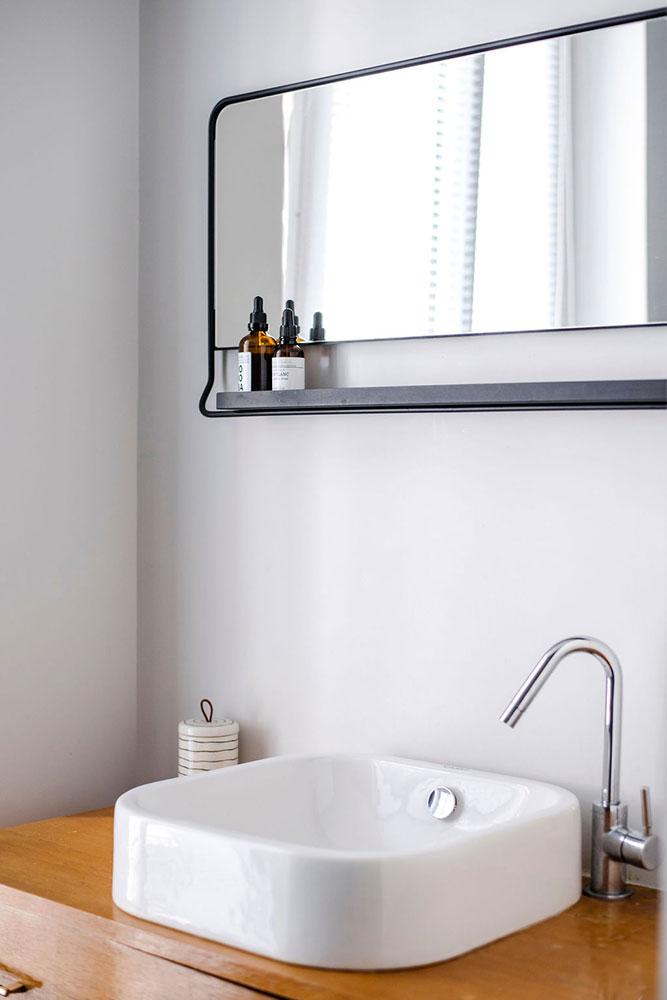 Rue Fays, Saint Mandé : salle de bain, détail vasque et miroir