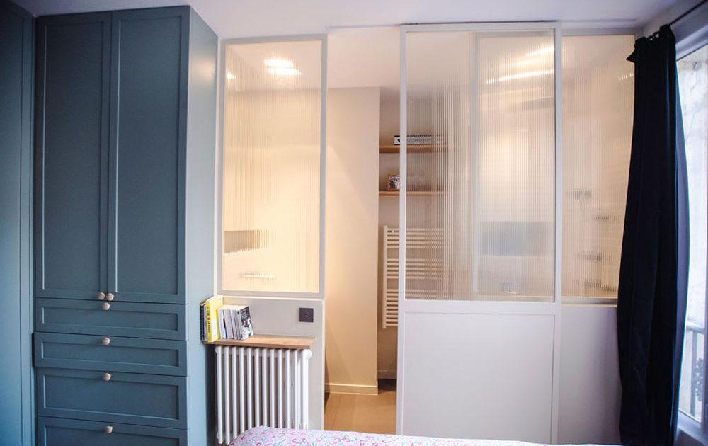 Fillon Paris 17e : chambre parentale, vue sur la salle de bain