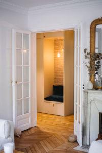 Fillon Paris 17e : meuble d'entrée, vue du salon